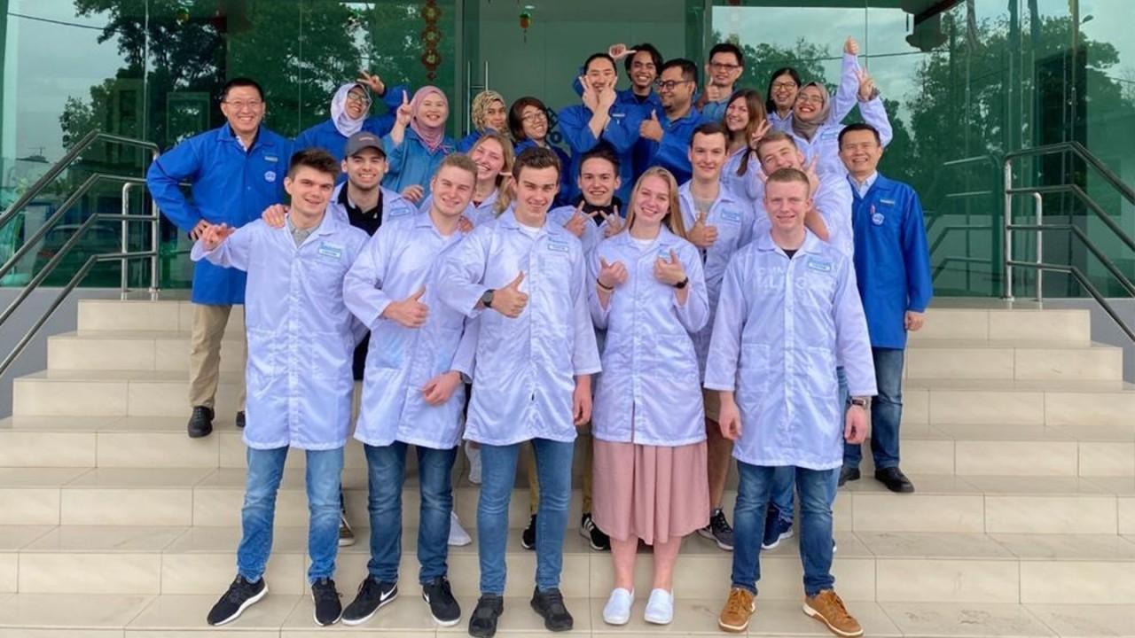 Die Auszubildenden aus Teisnach (vorderste Reihe) vor dem Rohde & Schwarz-Produktionswerk in Malaysia.