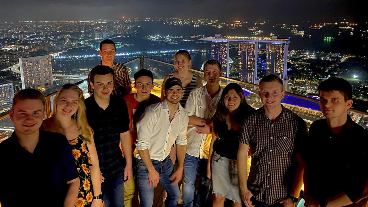 Die Auszubildenden aus Teisnach und Memmingen vor der singapurischen Skyline.