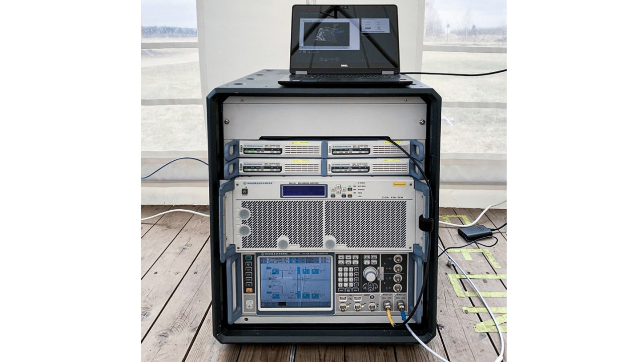 Figure 3: OTA live demonstration at Tartu Airport in Estonia: The signal generators and the amplifier fit into a small rack. The R&S®Pulse Sequencer software runs on a commercial laptop.