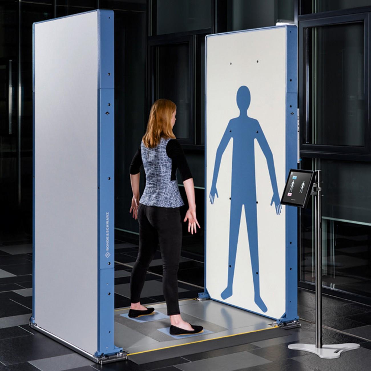 Сканер R&S®QPS позволяет пассажирам принимать более естественную позу для сканирования и автоматически предупреждает оператора о неправильном положении досматриваемого