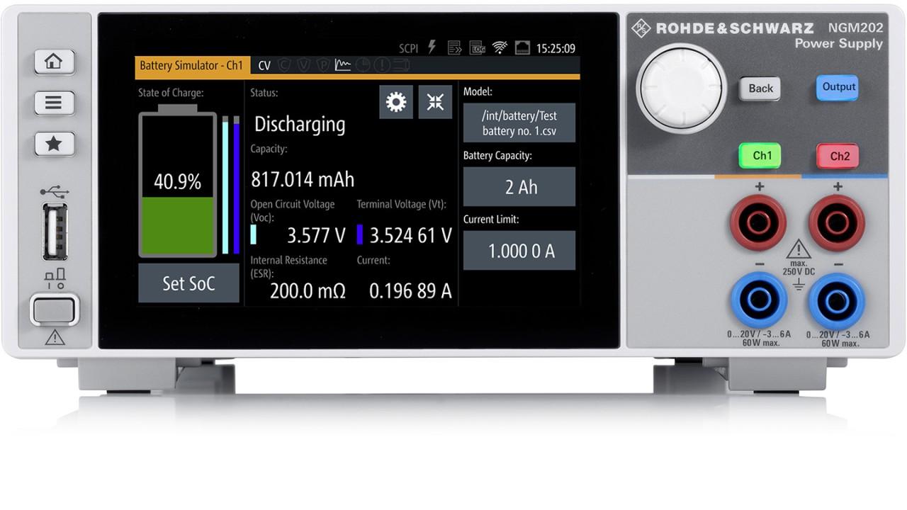 Ein R&S®NGM202 Netzgerät im Batterie-Simulationsmodus. Auf dem Bildschirm werden sämtliche Schlüsselparameter der Batterie dargestellt.