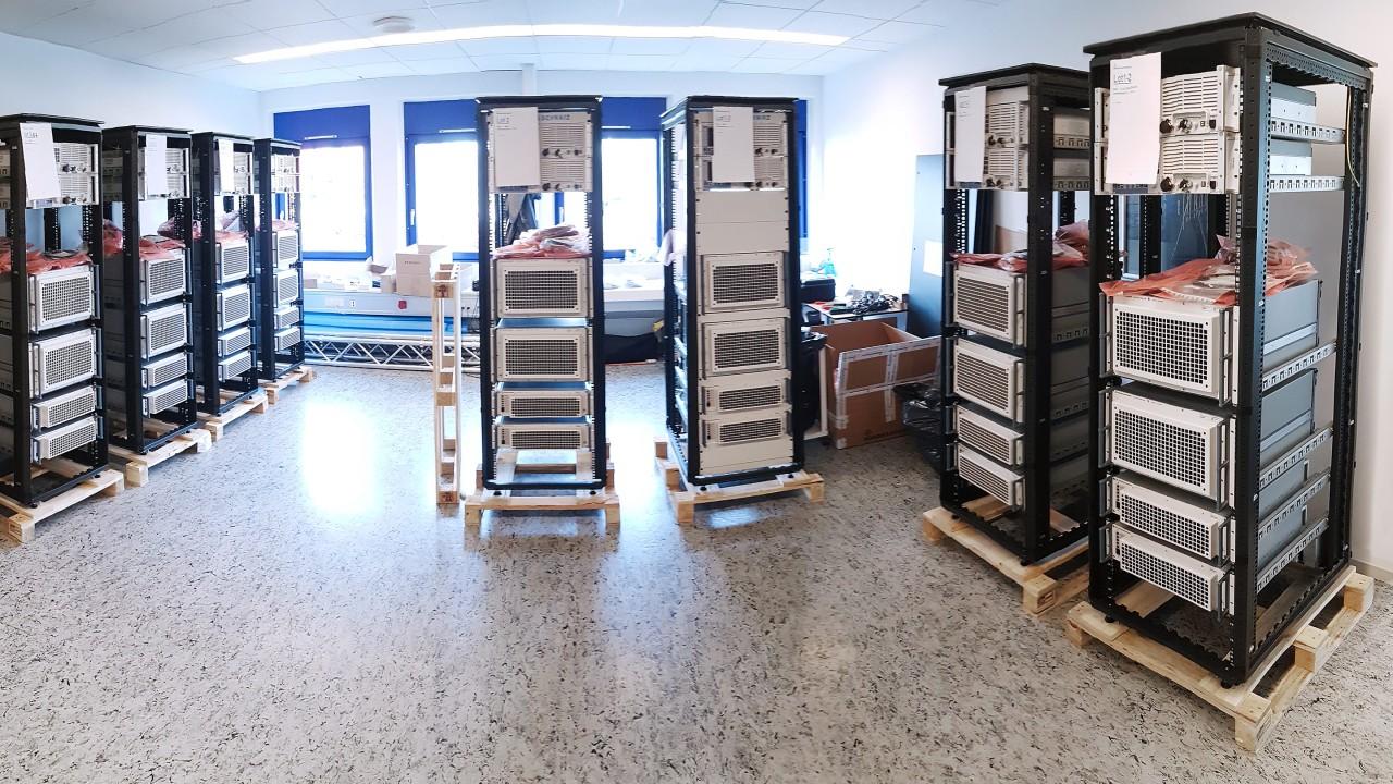 Imballaggio. Prima di essere spediti in Groenlandia, i sistemi sono stati assemblati e preparati per la spedizione presso la filiale danese di Rohde & Schwarz.