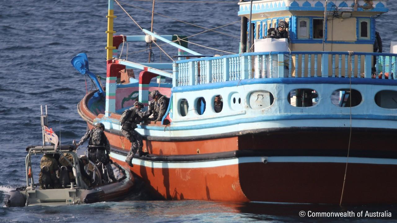 O grupo de abordagem da fragata HMAS Ballarat realiza uma abordagem de verificação de bandeira marítima em um dhow, um tipo de embarcação a vela, suspeito de contrabandear drogas ilegais.