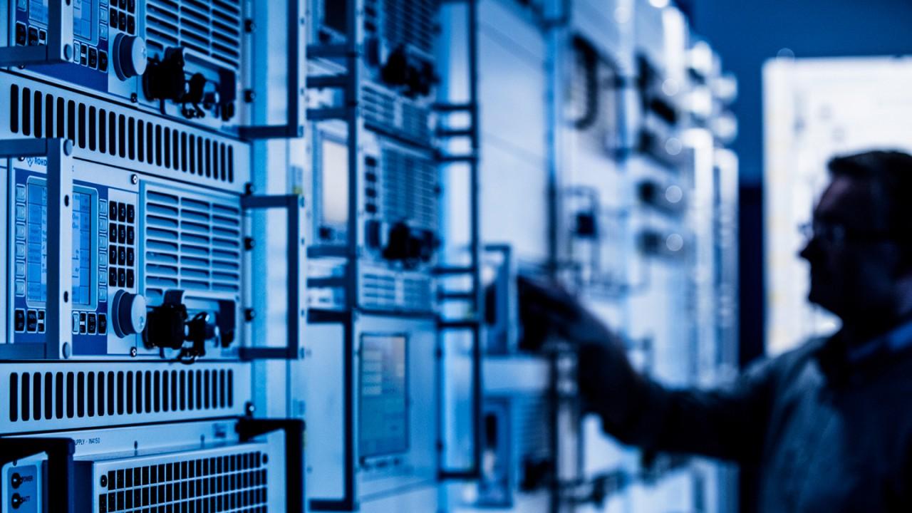 Global service network ensures short response times.