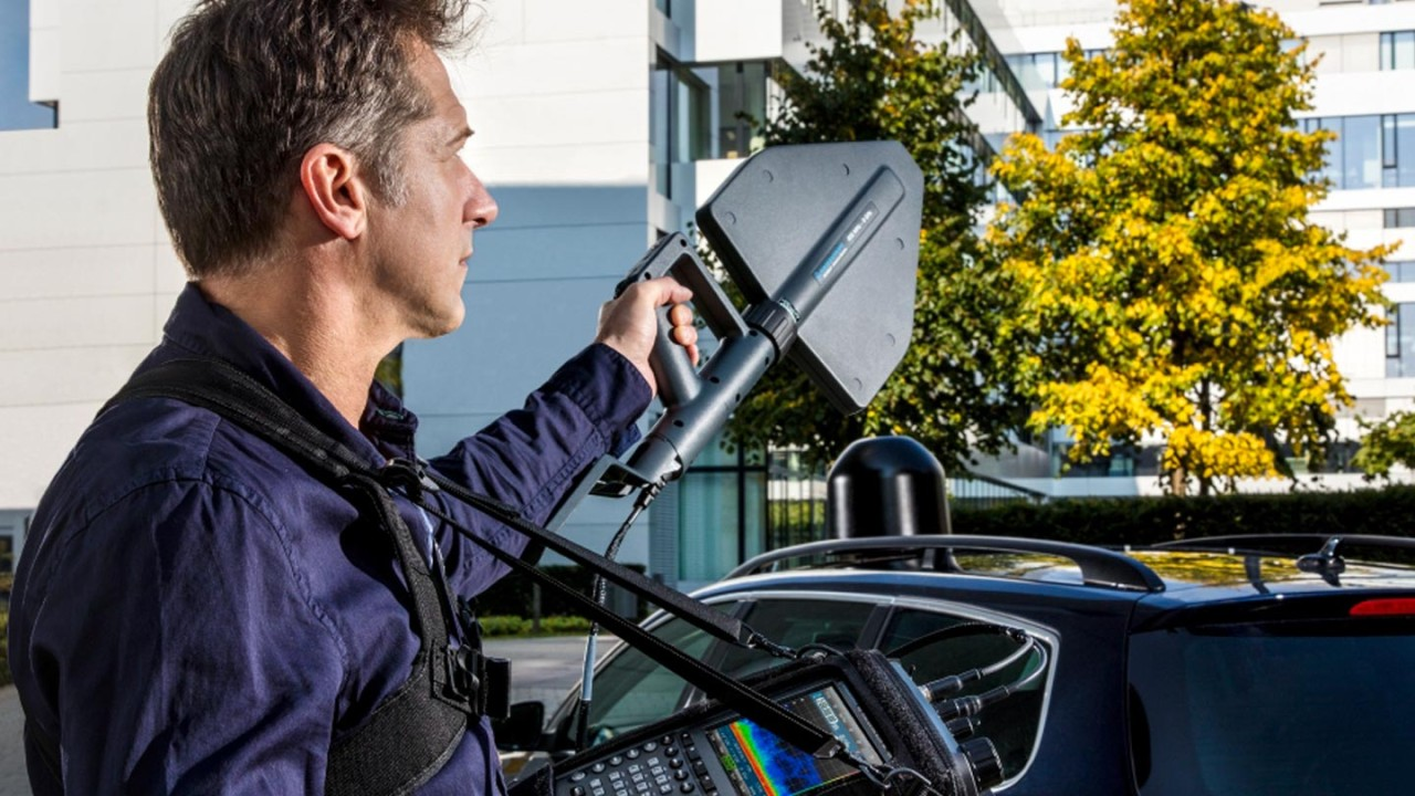 Locating sources of interference automatically and fast, with the RS®MNT100 interference locator.
